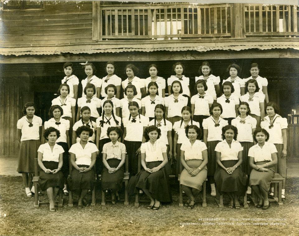 122-นักเรียนโรงเรียนการช่างสตรี สมัยเมื่อตั้งอยู่หน้าวัดมหาธาคุ