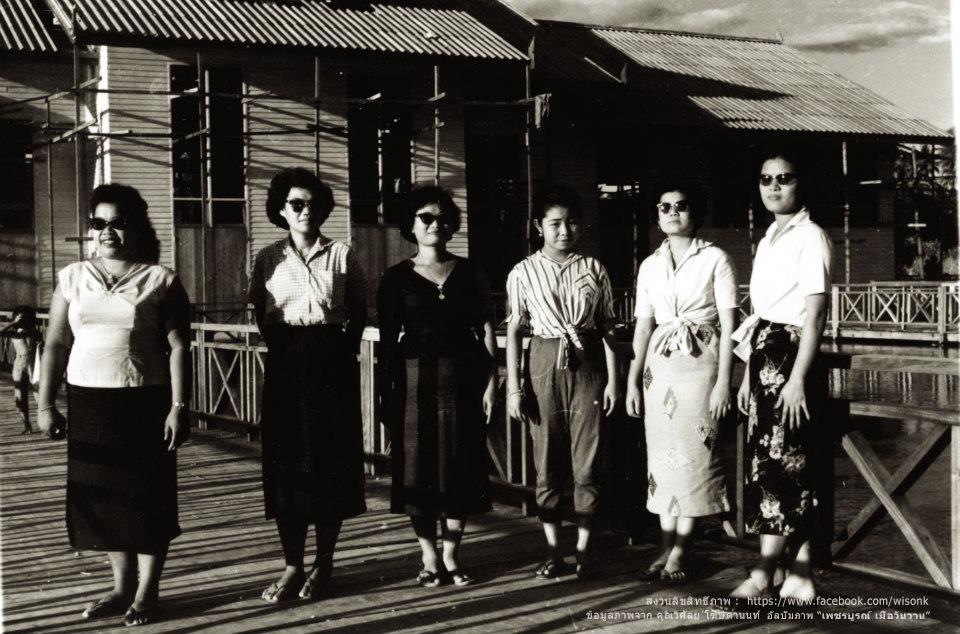 083-สุภาพสตรีเพชรบูรณ์ ถายภาพร่วมกันหน้าศาลาประชาคมหลังเก่า