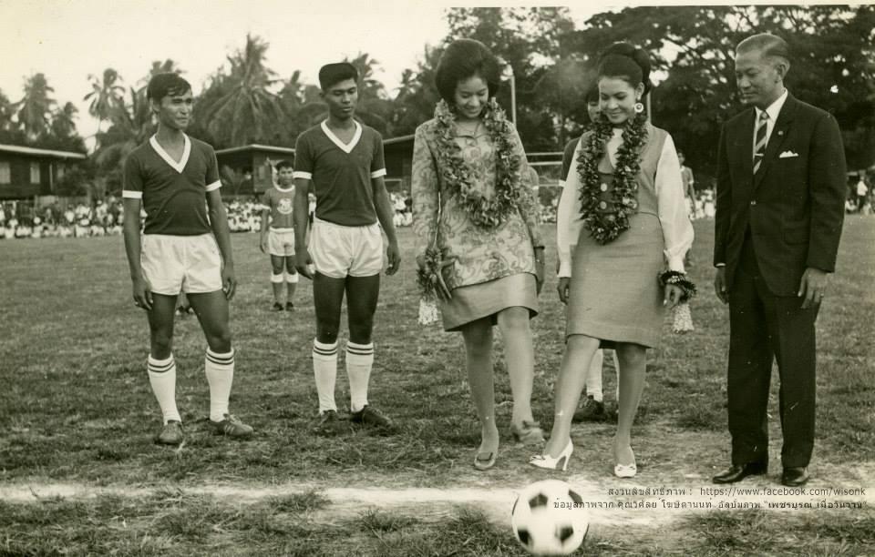 120-นางสาวไทย เขี่ยฟุตบอล ในการแข่งขันที่สนามกีฬาโรงเรียนเพชรพิทยาคม