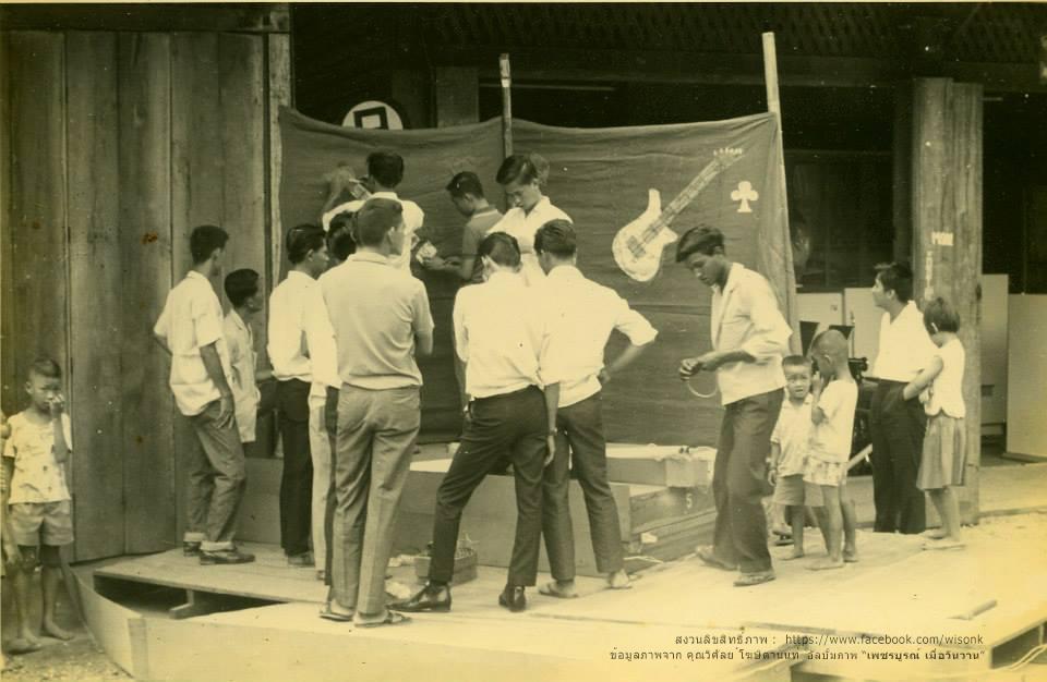 158-กลุ่มวัยรุ่นเพชรบูรณ์ กำลังตระเตรียมเวทีแสดงดนตรีในงานสังสรรค์รื่นเริง