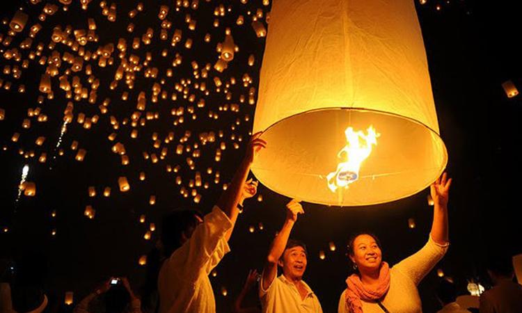 เทศกาลเส็งกลอง ล่องโคมไฟ ไหว้พ่อขุนผาเมือง จังหวัดเพชรบรูณ์